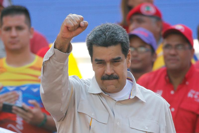 Ο αριστερός πρόεδρος της Βενεζουέλας, Νικολάς Μαδούρο με υψωμένη γροθιά.