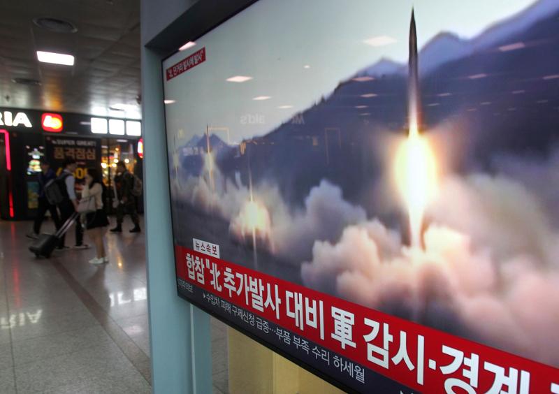 Γιγαντοοθόνη στο σιδηροδρομικό σταθμό της Σεούλ προβάλλει τις νέες δοκιμές βορειοκορεατικών πυραύλων.