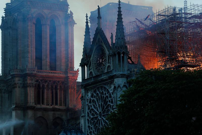 Από την πυρκαγιά καταστράφηκαν τα δύο τρίτα της οροφής της Παναγίας των Παρισίων και το ένα κωδωνοστάσιο.