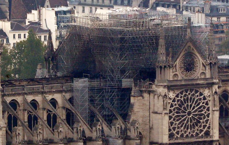 H καταστροφή στην οροφή της Παναγίας των Παρισίων είναι ορατή από τον πύργο του Μονπαρνάς.