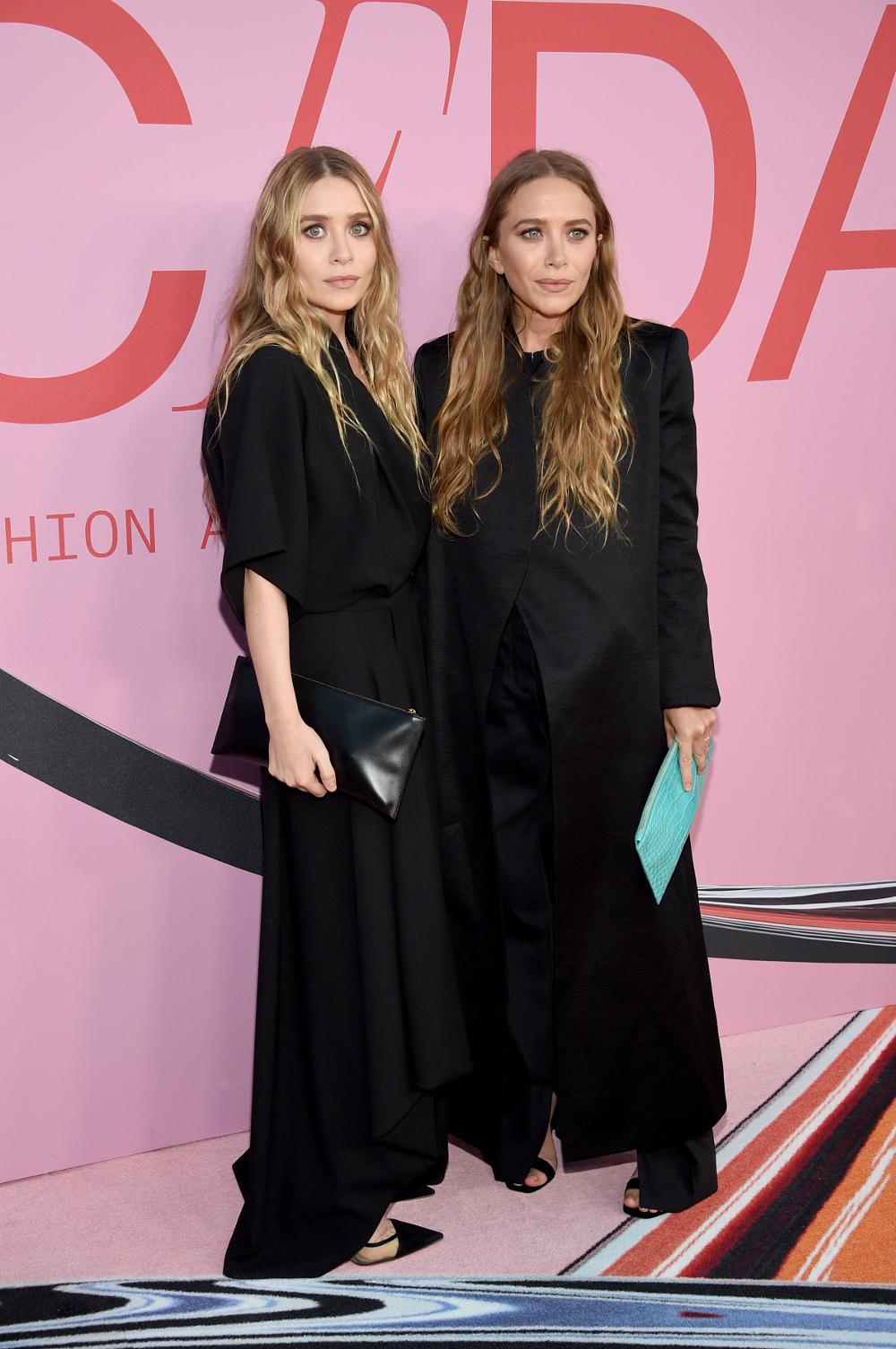 Οι δίδυμες αδερφές Όλσεν με τα κατάμαυρα ρούχα τους