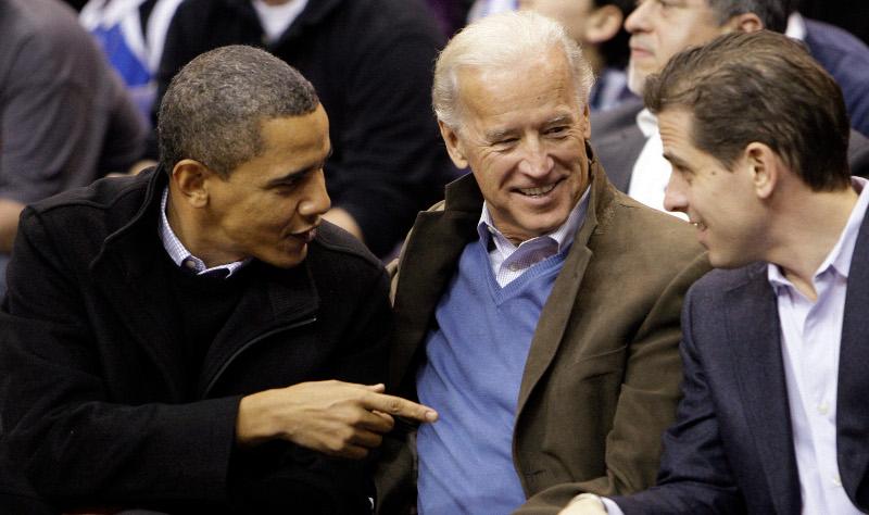 Ο Μπαράκ Ομπάμα με τον Τζο Μπάιντεν και τον γιο του Χάντερ σε αγώνα μπάσκετ το 2010.