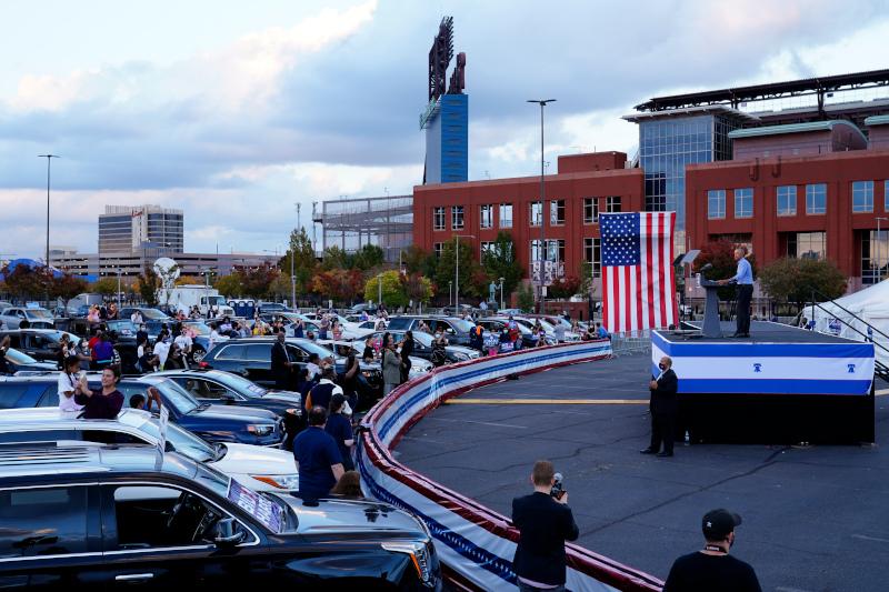 Ο Μπαράκ Ομπάμα απευθύνεται στο πλήθος σε drive-in προεκλογική συγκέντρωση υπέρ του Τζο Μπάιντεν στη Φιλαδέλφεια