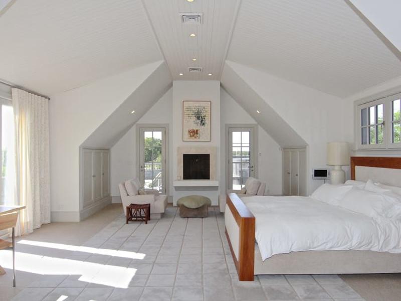 Το ευρύχωρο, ψηλοτάβανο master bedroom της βίλας.
