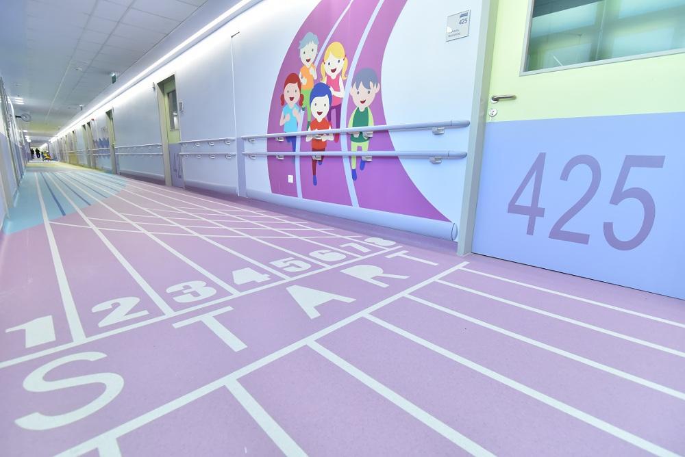 Μοτίβα από αθλητικές δραστηριότητες κοσμούν τους διαδρόμους του 4ου ορόφου του νοσοκομείου Παίδων Αγία Σοφία