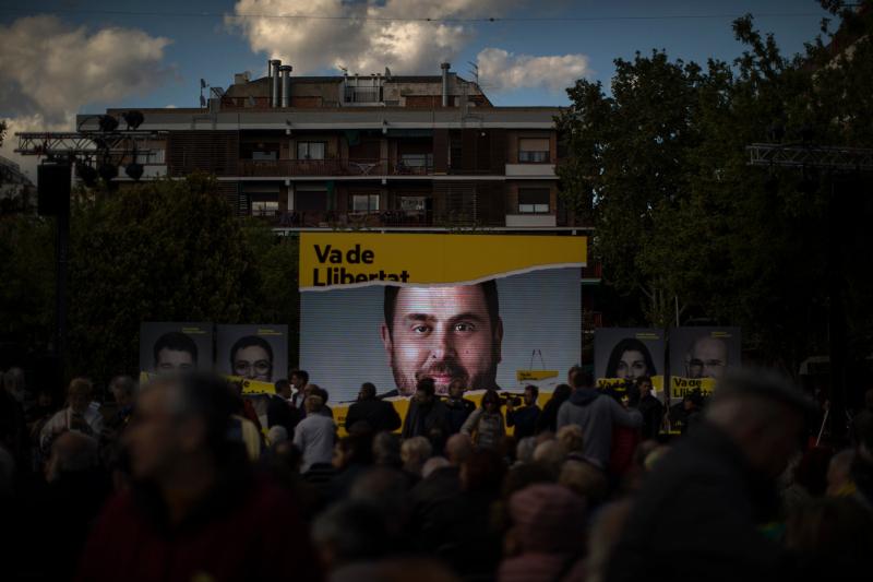 Αφίσα του φυλακισμένου Καταλανού ηγέτη Οριόλ Τζουνκέρας, αρχηγού του κόμματος της Ρεπουμπλικανικής Αριστεράς (ERC), που απευθύνθηκε στους οπαδούς του με μήνυμα από τη φυλακή στην τελευταία προεκλογική συγκέντρωση του κόμματος .
