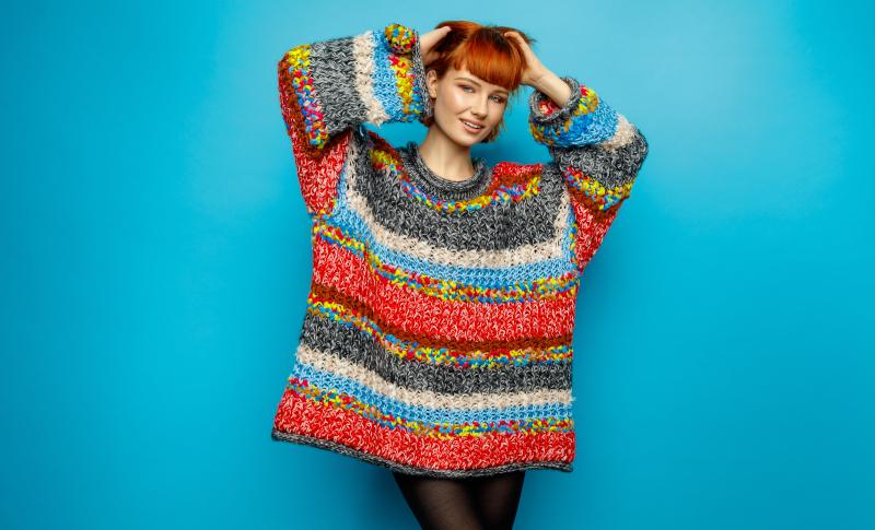 κοπέλα με μεγάλο πολύχρωμο πουλόβερ
