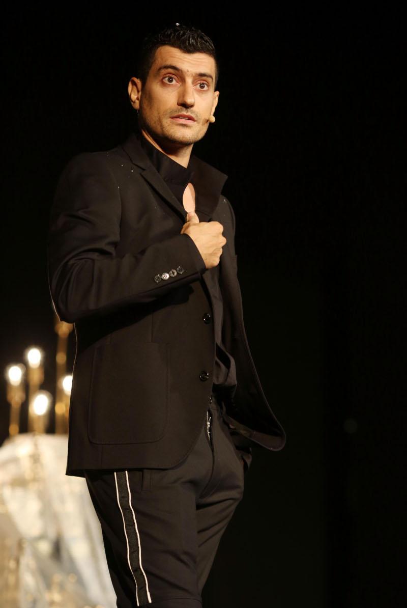 Αργύρης Πανταζάρας με μαύρο κοστούμι