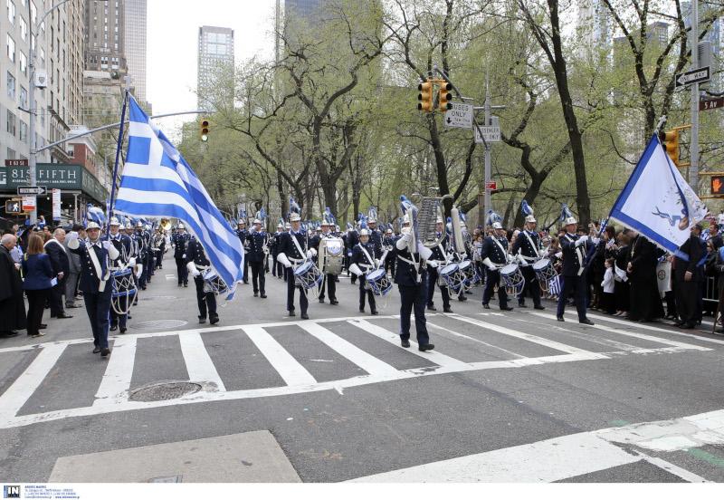 Η φιλαρμονική με σημαίες στην παρέλαση