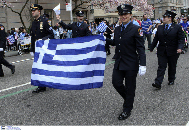 Σώματα ασφαλείας με την ελληνική σημαία
