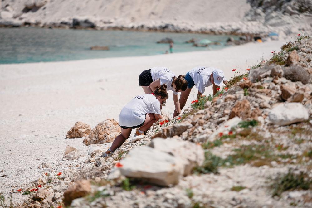 Τοπικές αρχές, επαγγελματίες δύτες και περισσότεροι από 120 εθελοντές από την Αθήνα και την Κεφαλλονιά συμμετείχαν στη δράση καθαρισμού