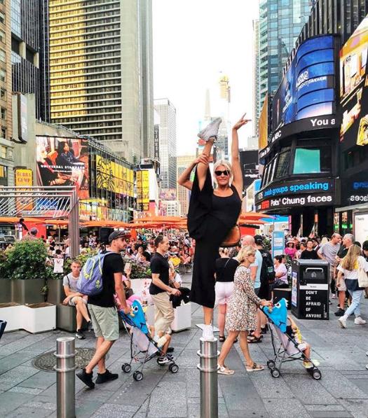 Η Όλγα Πηλιάκη σε χορευτικές φιγούρες στην Times Square