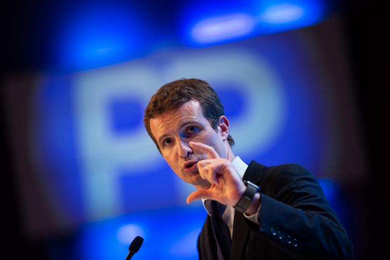 Ο 38χρονος Πάμπλο Κασάδο, ηγέτης του Λαϊκού Κόμματος της Ισπανίας και βασικός αντίπαλος του Πέδρο Σάντσεθ σε ομιλία του.