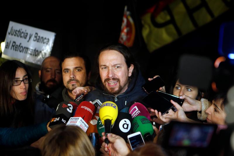 Ο ηγέτης των Podemos, του κόμματος της ριζοσπαστικής αριστεράς, Πάμπλο Ιγκλέσιας κάνει δηλώσεις στα ισπανικά και διεθνή ΜΜΕ.