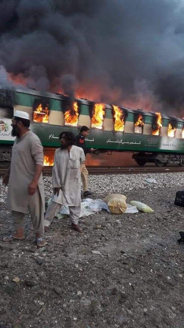 Η φωτιά εκδηλώθηκε την ώρα που επιβάτες μαγείρευαν πρωϊνό.