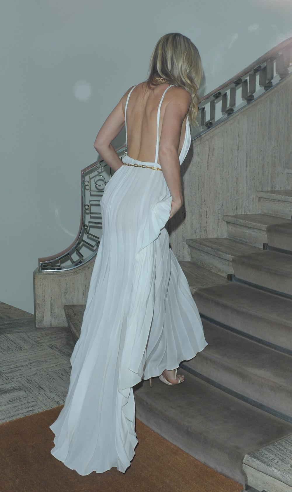 Η πίσω πλευρά του λευκού φορέματος της Γκουίνεθ Πάλτροου με όλη την πλάτη έξω