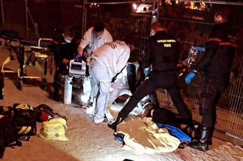 Αστυνομικοί και διασώστες στο σημείο της επίθεσης κοντά στον Πύργο του Άιφελ