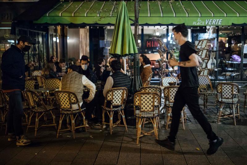 Πολλοί Παριζιάνοι βγήκαν για ένα τελευταίο ποτό ή δείπνο με φίλους σε μπιστρό, εστιατόρια και μπαρ