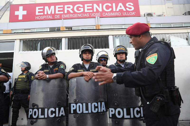 Αστυνομικοί φρουρούν την είσοδο του νοσοκομείου στη Λίμα, όπου νοσηλεύεται ο πρώην πρόεδρος της χώρας, Άλαν Γκαρσία μετά τον αυτοτραυματισμό του.