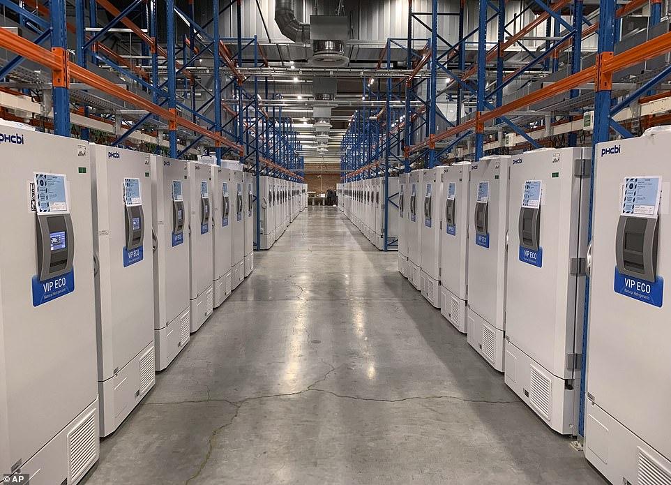 Σ' αυτή την τεράστια αποθήκη μεγέθους γηπέδου ποδοσφαίρου φυλάσσονται στα ειδικά ψυγεία οι έτοιμες παρτίδες των εμβολίων των Pfizer / BioNTech κατά του κορωνοϊού