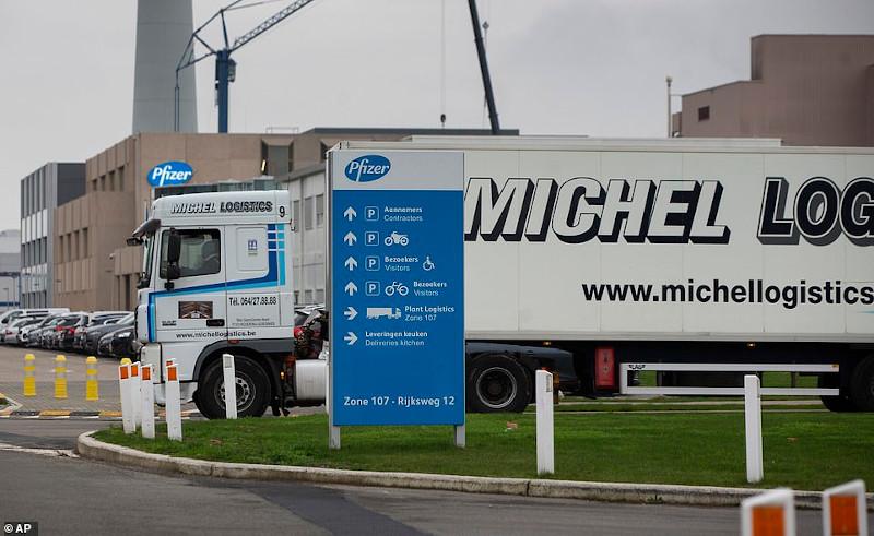 Φορτηγό αναχωρεί από τη μονάδα παραγωγής εμβολίων της Pfizer στην πόλη Puurs του Βελγίου
