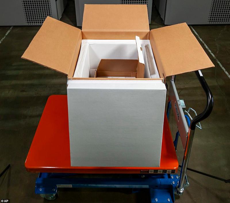 Τα εμβόλια της Pfizer μεταφέρονται σε ειδικά κουτιά με ξηρό πάγο για να διασφαλιστεί ότι η θερμοκρασία τους θα διατηρηθεί στους -70C ώστε να μην αλλοιωθούν
