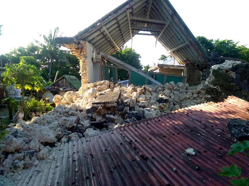 Σπίτι που έχει καταρρεύσει λόγω σεισμούς στις Φιλιππίνες