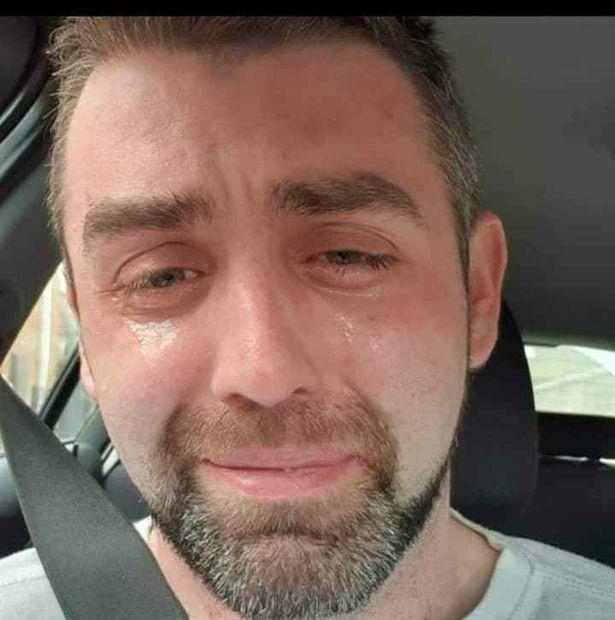 Η φωτογραφία που ανήρτησε ο τραγικός πατέρας στα μέσα κοινωνικής δικτύωσης λίγο πριν βάλει τέλος στη ζωή του.