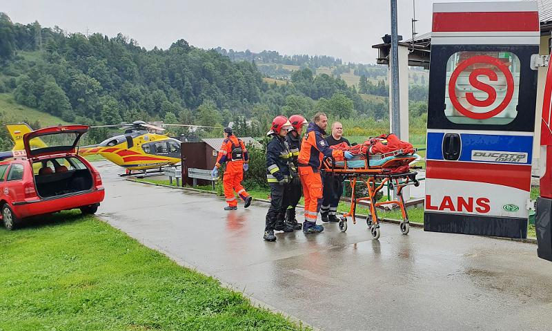 Διασώστες μεταφέρουν τραυματία στη νότια Πολωνία.
