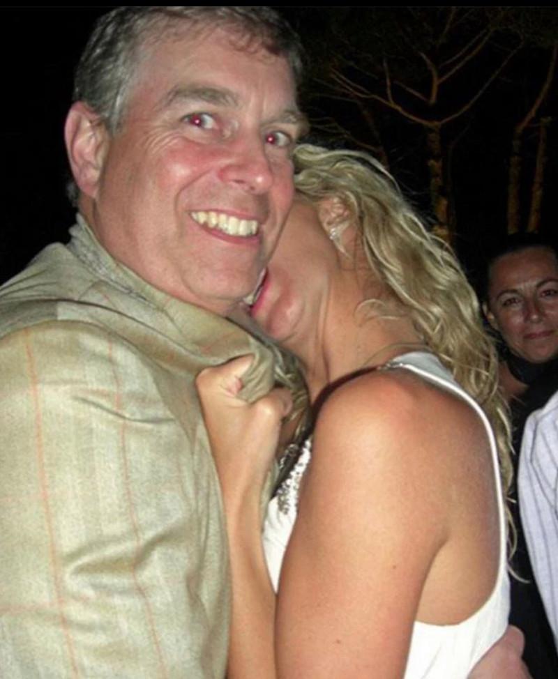 O πρίγκιπας Άντριου σε «τρυφερό» στιγμιότυπο με Αμερικανίδα socialite σε πάρτι τον Ιούλιο του 2008 σε μια από τις φωτογραφίες που δημοσίευσαν βρετανικά ταμπλόιντ.