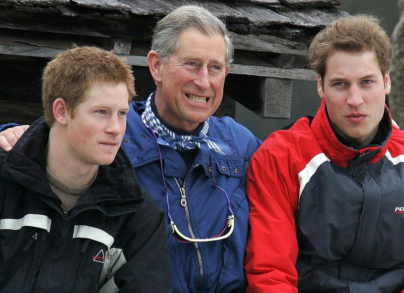 O πρίγκιπας Κάρολος με τους γιους του στο Κλόστερς της Ελβετίας το 2005.