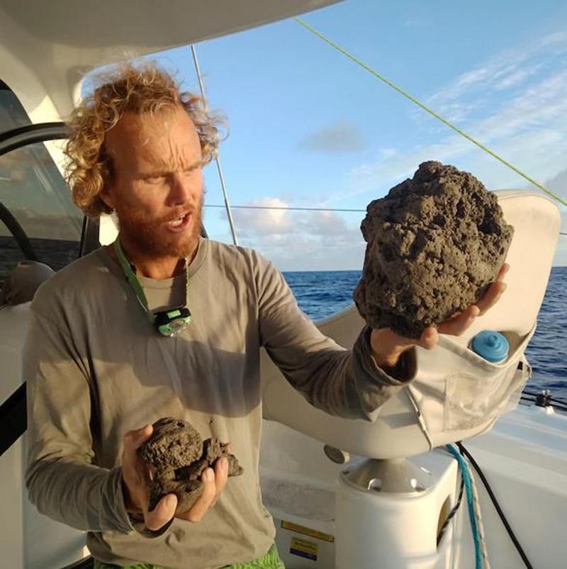 Ο Αυστραλός ιστιοπλόος Νικ Χουλτ δείχνει κάποιες από τις ελαφρόπετρες που συνέλεξε από το  «πλωτό νησί».