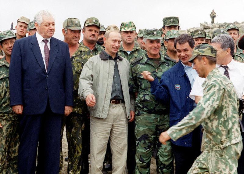 Ο Βλαντίμιρ Πούτιν με Ρώσους στρατιώτες στον Καύκασο, στη διάρκεια του πολέμου της Τσετσενίας.