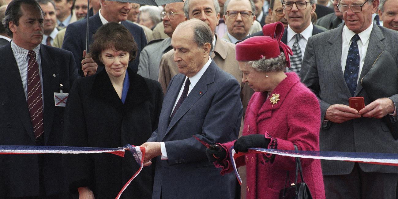 Η βασίλισσα Ελισάβετ και ο Φρανσουά Μιτέραν -τότε πρόεδρος της Γαλλίας- εγκαινιάζουν τη Σήραγγα της Μάγχης στις 6 Μαϊου 1994.
