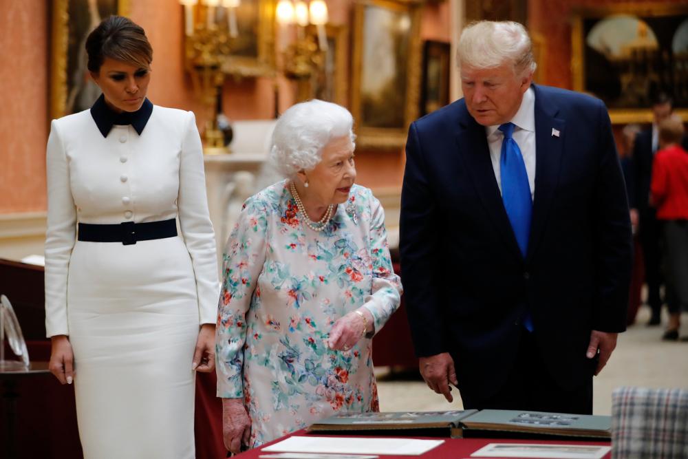 Χθες πάντως, ο Ντόναλντ Τραμπ δεν αναγνώρισε το δώρο που είχε κάνει ο ίδιος στην βασίλισσα Ελισάβετ κατά την περσινή του επίσκεψη