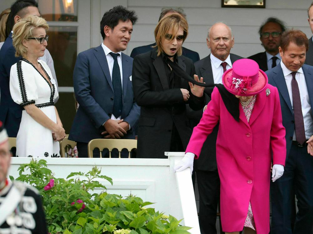 Η στιγμή που το μαντήλι του Ιάπωνα τραγουδιστή χτυπά το πρόσωπο της βασίλισσας Ελισάβετ και η επική αντίδραση της Τζίλιαν Άντερσον