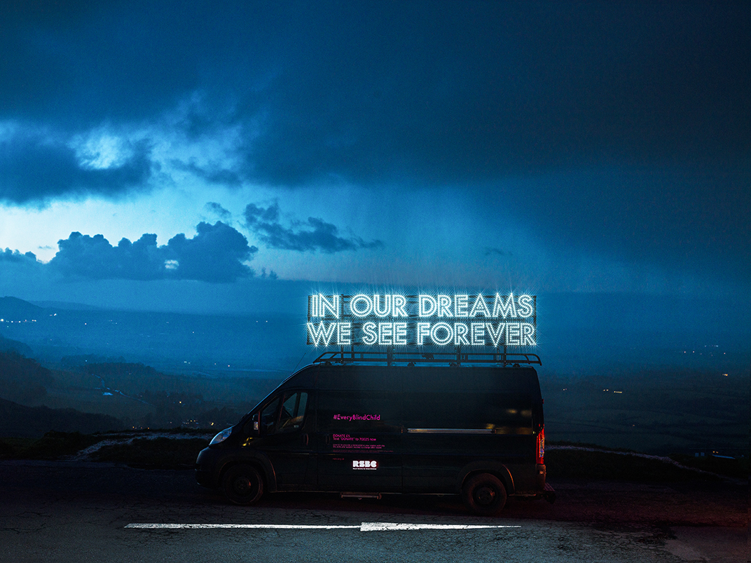 Φωτεινή επιγραφή πάνω σε αυτοκίνητο