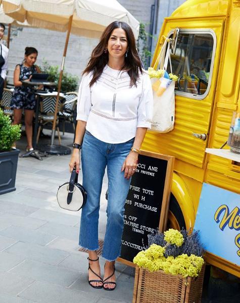 Rebecca Minkoff με τζιν και λευκό πουκάμισο