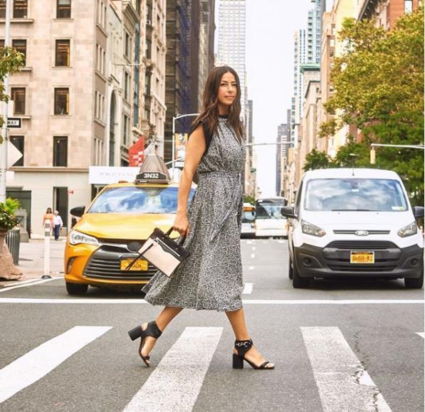 Η Rebecca Minkoff περπατά σε δρόμο της Νέας Υόρκης