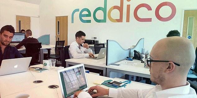 Υπάλληλοι της Reddico στα γραφεία τους.