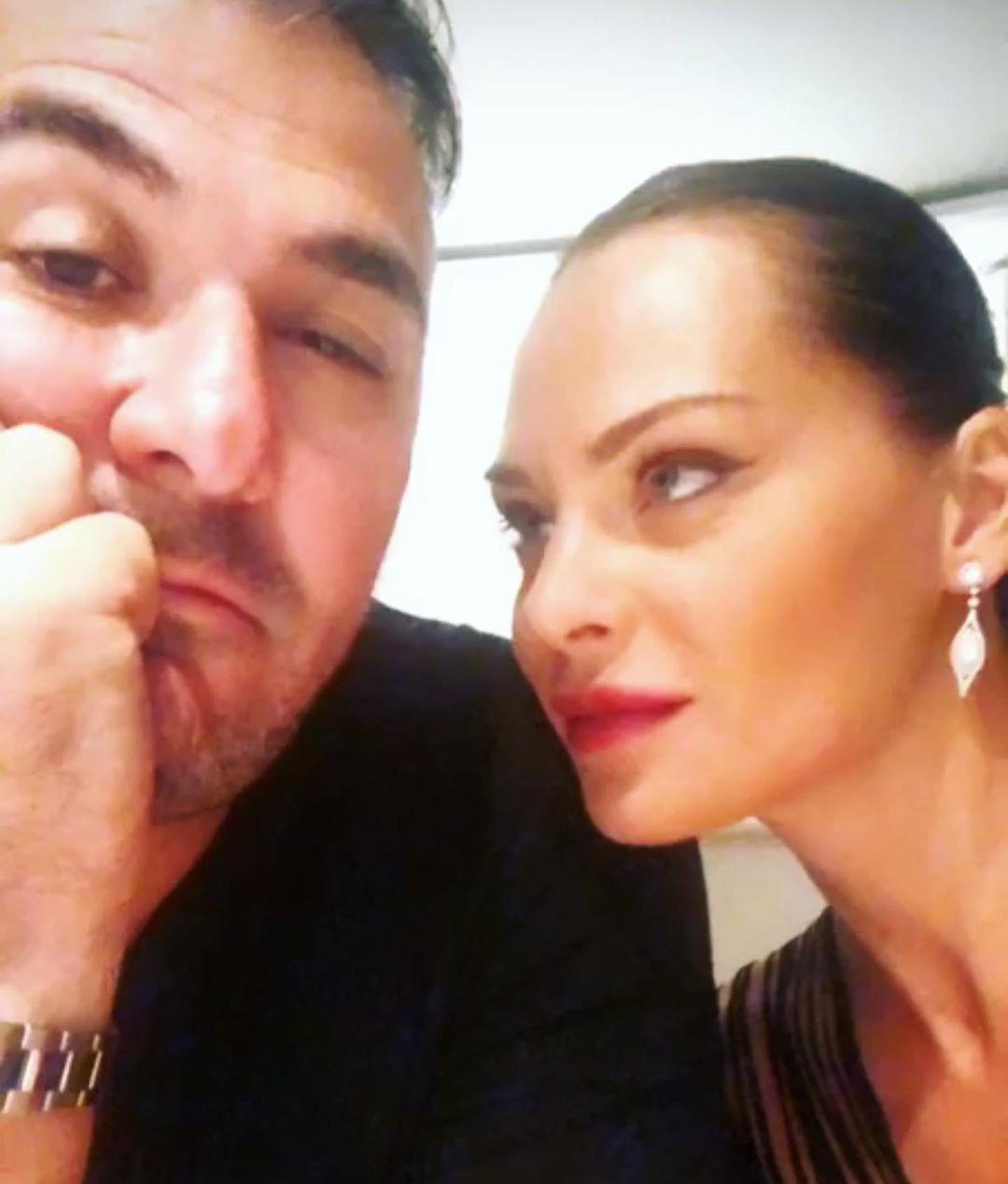 H selfie του Αντώνη Ρέμου με την σύζυγό του Υβόννη Μπόσνιακ