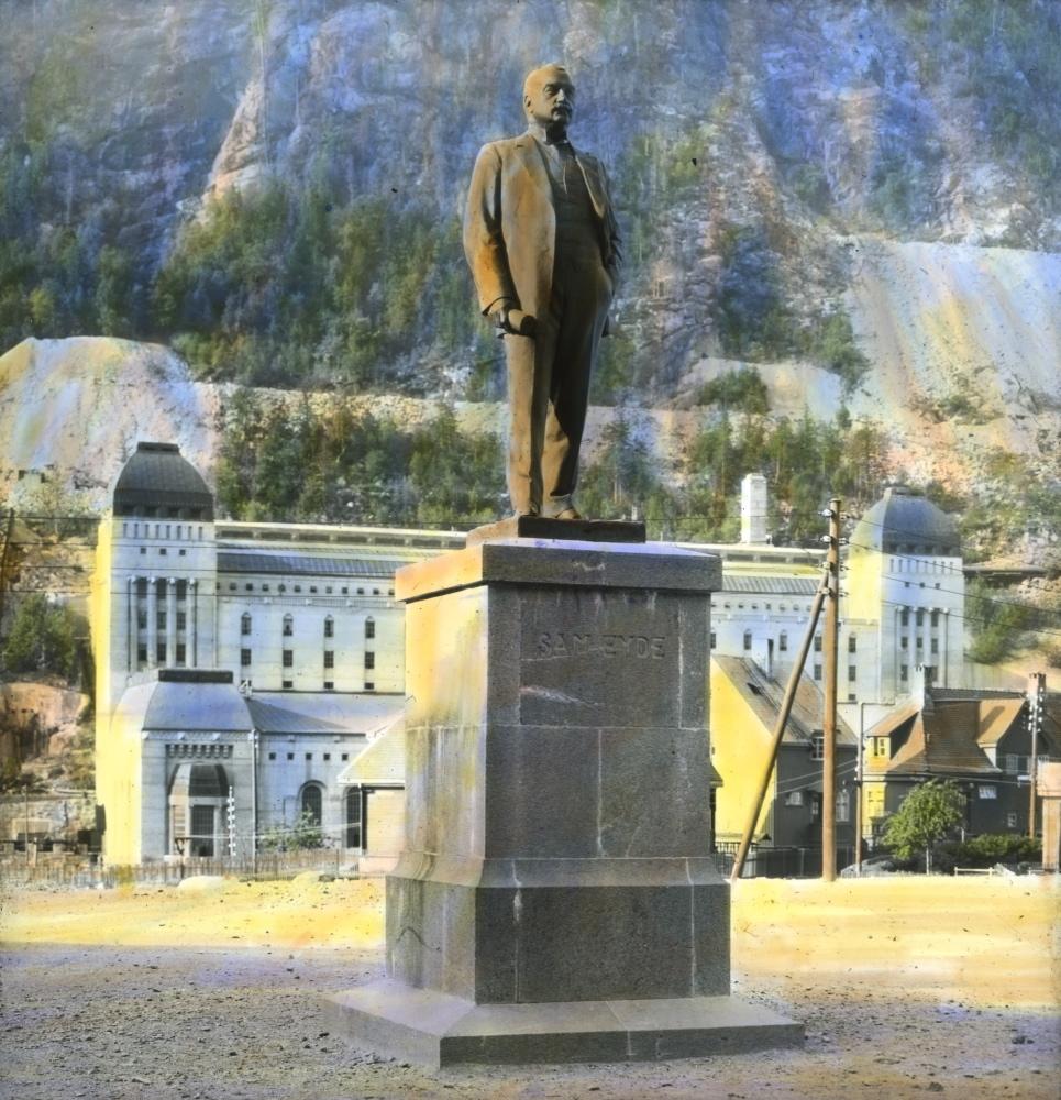 Το άγαλμα του ιδρυτή της πόλης Σαμ Έιντε που είχε την αρχική ιδέα με τους καθρέφτες, βρίσκεται στο κέντρο της πόλης