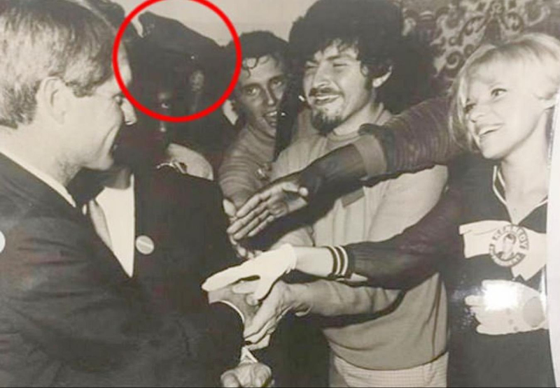 Ο Θέιν Γιουτζίν Σίζαρ (στον κόκκινο κύκλο) και ο Ρόμπερτ Κένεντι στη μόνη γνωστή φωτογραφία που απεικονίζει και τους δυο τους.