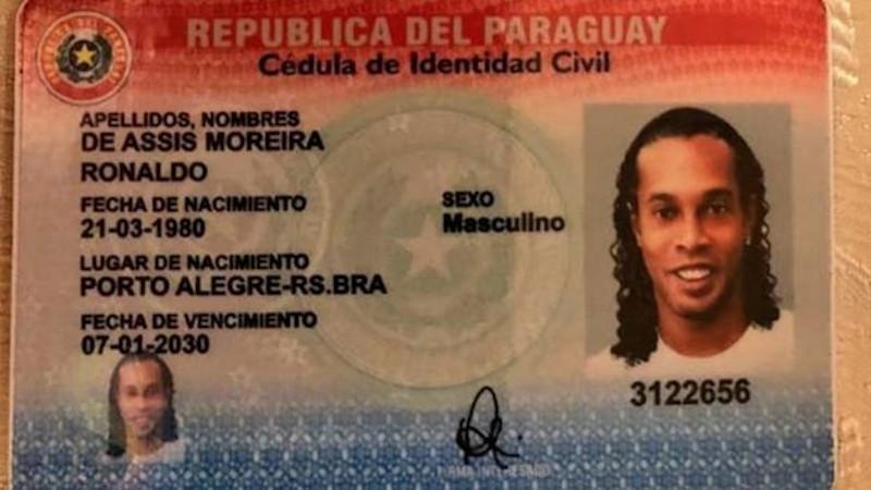 Φωτογραφία διαβατηρίου της Παραγουάης που φέρει το όνομα του Ροναλντίνιο.