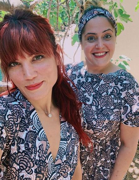Μαίρη ΣΥνατσάκη και η δίδυμη αδερφή της ποζάρουν χαμογελαστές