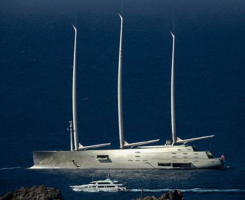 To Sailing Yacht A, όπου Α το αρχικό του ονόματος (Αλεξάνδρα) της συζύγου του ιδιοκτήτη, του Ρώσου ολιγάρχη, Αντρέι Μελντιτσένκο.