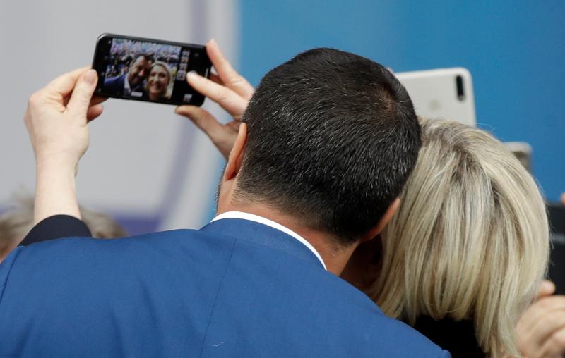 Σαλβίνι και Λεπέν ποζάρουν για selfie στη συγκέντρωση της ευρωπαϊκής ακροδεξιάς στο Μιλάνο.