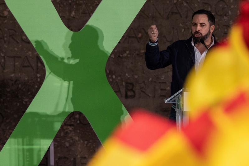 Ο ηγέτης του ακροδεξιού Vox, Σαντιάγο Αμπασκάλ εκφωνεί την τελευταία του προεκλογική ομιλία.