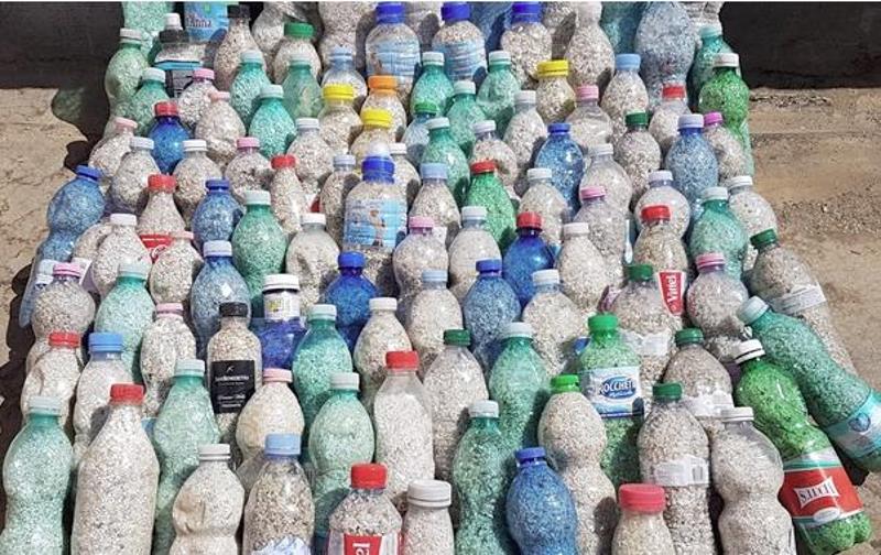 To ζευγάρι των τουριστών είχε βάλει την άμμο σε μπουκάλια.