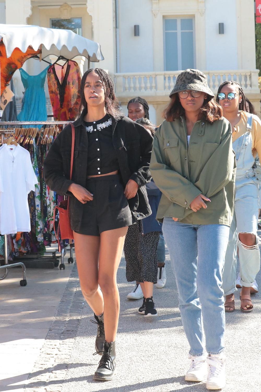 Σάσα και Μαλία Ομπάμα έκαναν βόλτα στην αγορά L'Isle-sur-la-Sorgue
